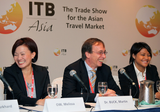 ITB Pressekonferenz Ms Melissa Ow, Assistant Chief Executive, Business Travel & MICE Group, Singapore Tourism Board (STB); Mr Martin Buck, Director of Messe Berlin (Singapore); Whey Whey Ng, General Manager Messe Berlin (Singapore) (l.t.r.)